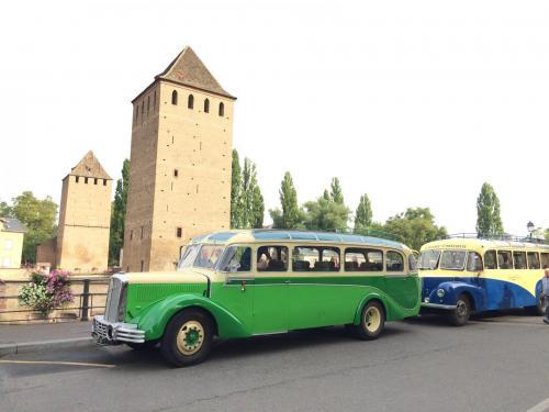 Autocars anciens devant les ponts couverts de strasbourg