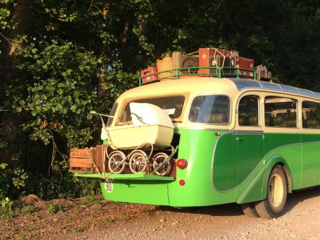 Depart en vacence avec un vieil autocar