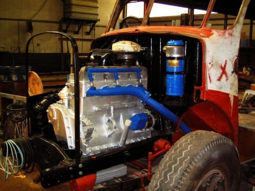 Le nouveau moteur est installé dans le compartiment moteur.