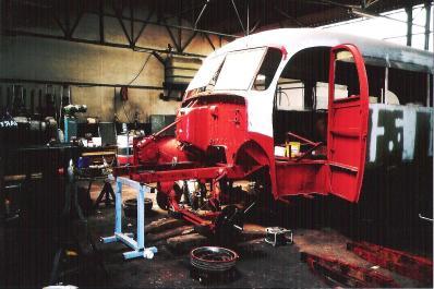 Le Lancia sans moteur et sans l'essieu avant.
