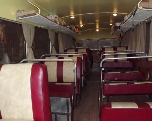 Les sièges, dont la couleur rappelle celle de la carrosserie.